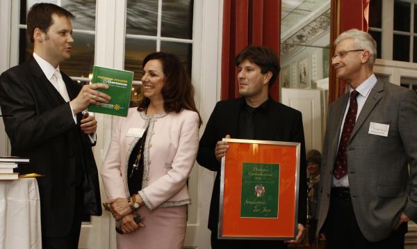(v.l.) Jurymitglied Jochen Martz (Vorsitzender der DGGL Bayern), Uschi Dämmrich von Luttitz (TV-Moderatorin beim Bayerischen Fernsehen), und die Autoren Jonas Reif und Wolfgang Härtel (Foerster-Stauden GmbH)